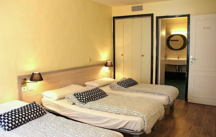 Comfortable triple room with ensuite bathroom in Nice, France