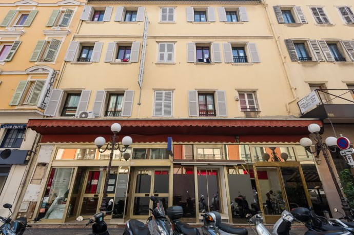 An outside view of a hostel in the pretty streets of Nice