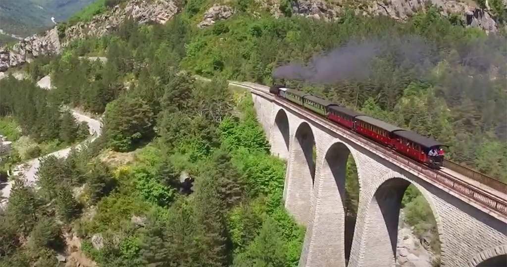 Um Comboio a Vapor numa ponte enorme  - Train des Pignes