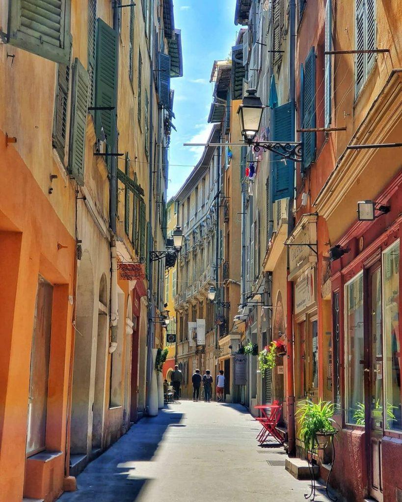 Una calle estrecha bordeada de edificios coloridos