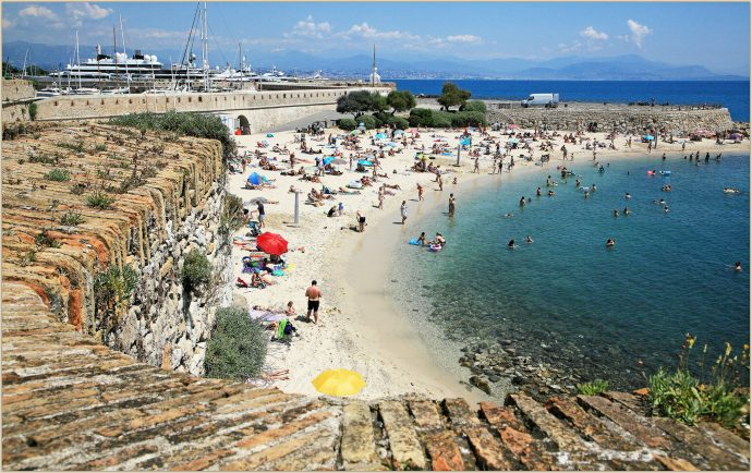 plage-antibes-baigneurs-remparts