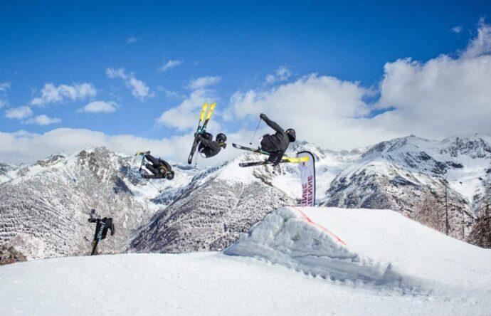 Personas haciendo saltos de esquí y trucos en Auron Snow Park