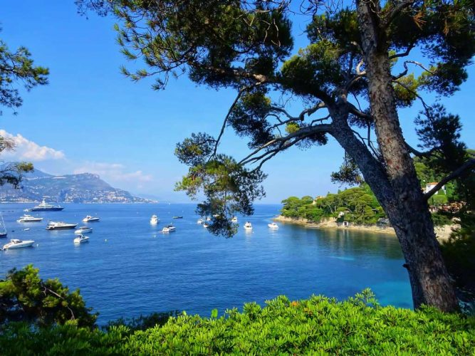 Barco en el mar Mediterráneo cerca de Cap Ferrat playas