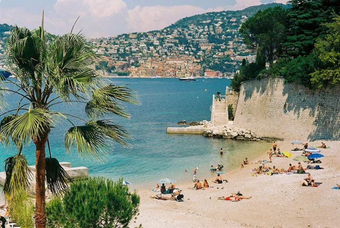 A pretty sandy cove on the Côte d'Azure close to Nice and Villa Hostels