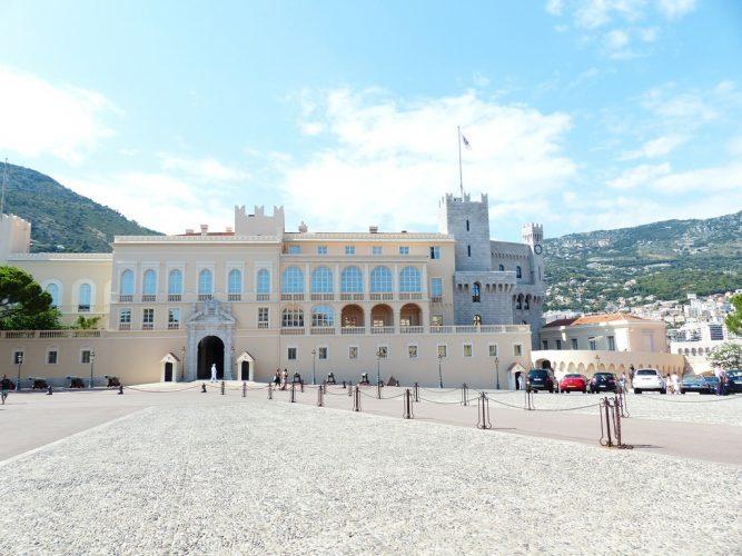 edifício branco do palácio do príncipe de monaco