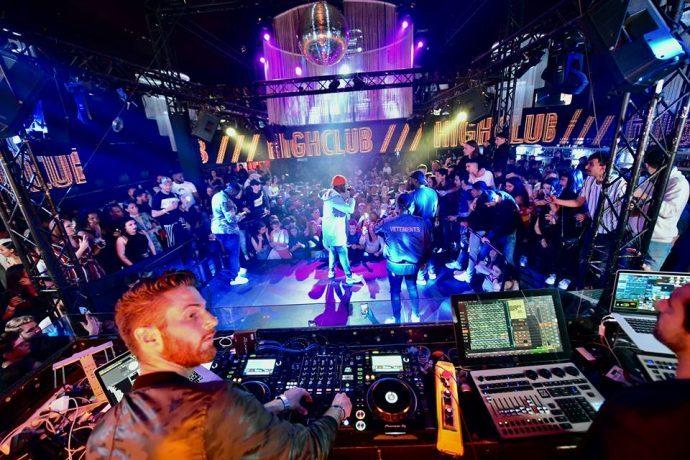 DJ che suona in un club di Nizza Francia, vita notturna in Costa Azzurra