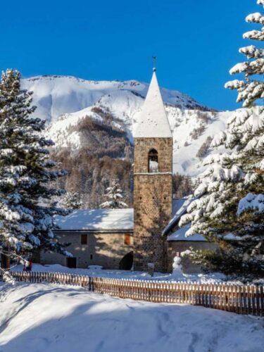 Una iglesia nevada en St-Étienne de Tinée