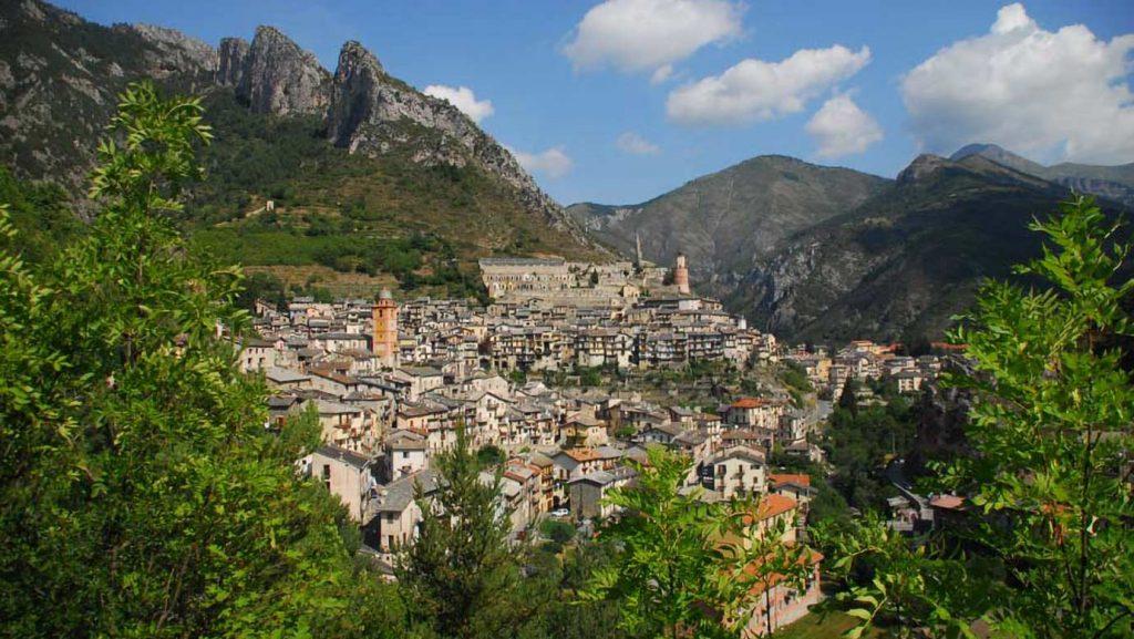 Tende, uma aldeia francesa histórica maravilhosa que se encontra nas montanhas